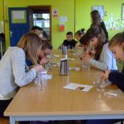 les filles construisent leur jeu mathématique.